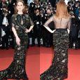 Julianne Moore, de Givenchy Couture, deixou as costas e parte do colo à mostra com transparências