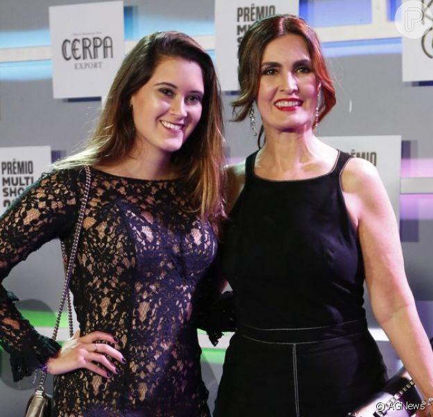 Fátima Bernardes leva a filha Beatriz, de 19 anos, a premiação no Rio de Janeiro