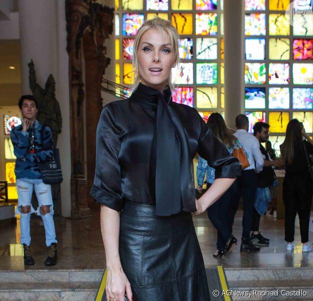 Ana Hickmann apostou em uma bolsa da grife Hermès para ir ao São Paulo Fashion Week nesta quinta-feira, 27 de outubro de 2016