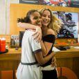 Barbara França, vilã em 'Malhação', se diverte com a amiga Aline Dias nos bastidores