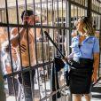 No clipe 'Viado', a funkeira interpreta uma policial poderosa