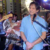 Roberto Carlos canta em aniversário da neta, que dorme durante apresentação