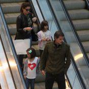 Giovanna Antonelli e marido levam as gêmeas Antônia e Sofia ao shopping