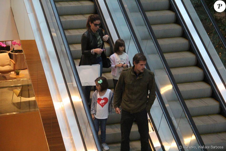 Giovanna Antonelli passeou pelo shopping com o marido, Leonardo Nogueira, e as filhas gêmeas Antônia e Sofia neste sábado, 29 de outubro de 2016