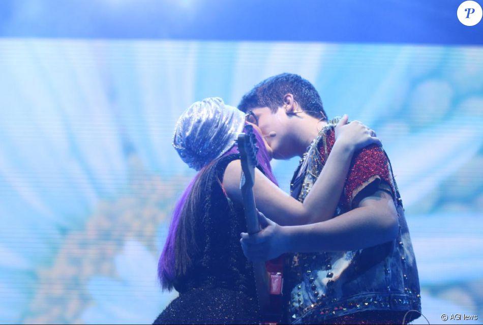Larissa Manoela e o namorado, João Guilherme, trocaram beijos no palco do show 'Cúmplices de Um Resgate' neste sábado, 29 de outubro de 2016