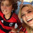 Christine Fernandes e o filho, Pedro, de 8 anos, vibram com a vitória do Flamengo no Maracanã
