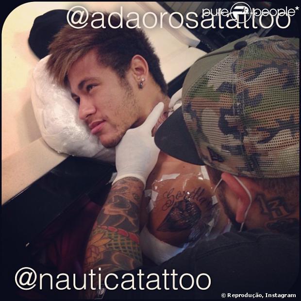 Neymar faz mais duas tatuagens para sua coleção, em 25 de dezembro de 2013