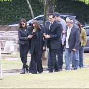 Luciano Szafir consola a mãe, Beth Szafir, no enterro da irmã em SP. Fotos!