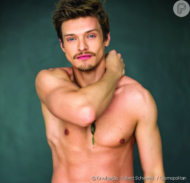 Pierre Baitelli exibiu o corpo sarado na edição de novembro da revista 'Cosmopolitan' e descartou semelhanças com o personagem Antônio, da novela 'A Lei do Amor'