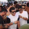 Thiago Martins e Gabriel Medina se divertem durante apresentação de Thiaguinho em pool party