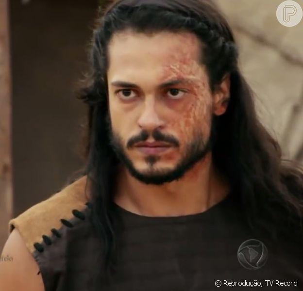 Tobias (Raphael Viana) é chicoteado a mando de Josué (Sidney Sampaio), por ter sequestrado Zaqueu (Ricky Tavares), na novela 'A Terra Prometida'