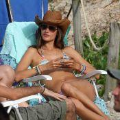 Alessandra Ambrósio usa biquíni de lacinho na praia de Jurerê Internacional