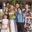 Tancinha (Mariana Ximenes) e Apolo (Malvino Salvador) posam com a família depois do casamento, no final da novela 'Haja Coração'