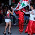 Carnaval: Paloma Bernardi beija a bandeira da agremiação