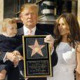 Na foto, Melania e Donald Trump posam com o filho, Baron, em janeiro de 2007, quando o magnata ganhou estrela na Calçada da Fama, em Hollywood, após 'O Aprendiz'