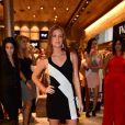 Marina Ruy Barbosa aposta em look justinho bicolor e brilha em evento nesta quarta-feira, dia 09 de novembro de 2016