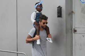Bruno Gagliasso usa tampão igual ao da filha, Títi: 'Preferiu azul e eu o rosa'