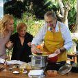 Angélica aprende receita com Paulo Goulart e conversa com ele e sua esposa, Nicette Bruno, no programa 'Estrelas'