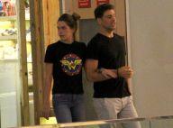 Cauã Reymond e a namorada, Mariana Goldfarb, fazem compras em shopping