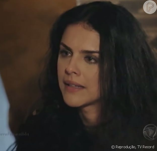 Samara (Paloma Bernardi) morre logo após ser encontrada suja, fraca e praticamente desfalecida por Zaqueu (Ricky Tavares) em uma caverna, na novela 'A Terra Prometida'