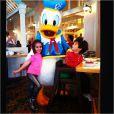 Donatella, de 4 anos, e Stefano, 2, filhos de Marcos Mion, tiram foto com o Pato Donald em restaurante da Disney