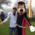 Neymar tira foto com o Pateta na Disney em Orlando, nos Estados Unidos