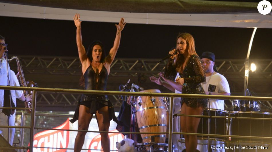 Ivete Sangalo brincou com Scheila Carvalho ao se apresentar no último dia do Folianópolis, em Florianópolis, na madrugada desta terça-feira, 15 de novembro de 2016: 'Queria ter o corpo dessa mulher'