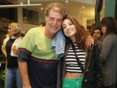 Julia Oristanio vai ao teatro com pai após fim de namoro com Rafael Vitti. Fotos