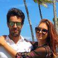 Marina Ruy Barbosa posou com o noivo, Xandinho Negrão, usando saída de praia da grife Zara