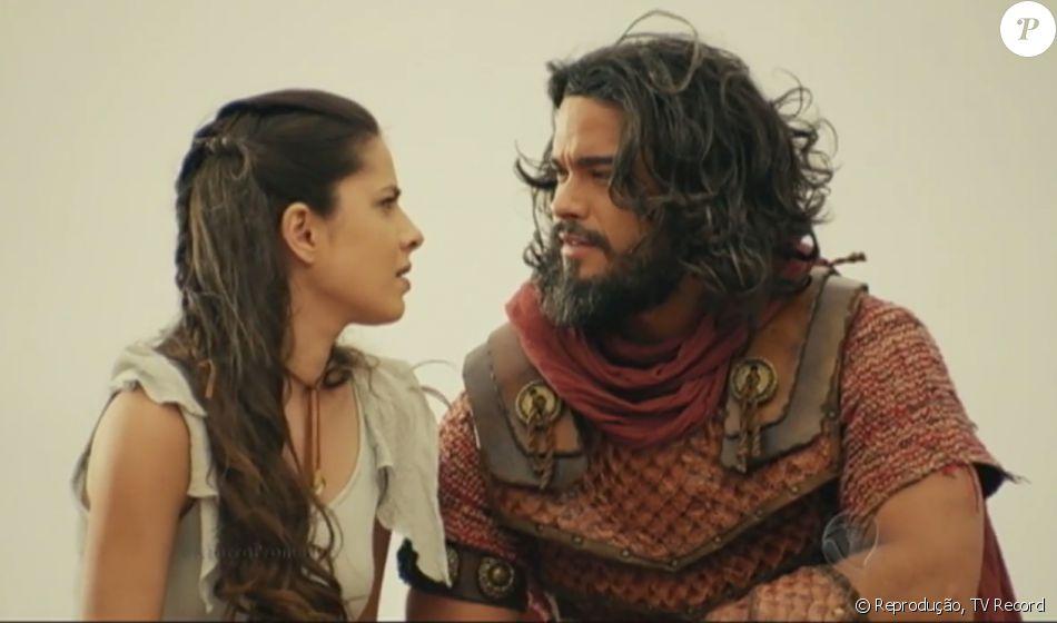 Aruna (Thais Melchior) é salva por Josué (Sidney Sampaio) quando Adonizedeque (Mário Frias) tenta matá-la, na novela 'A Terra Prometida'