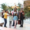 Giovanna Antonelli deixa restaurante acompanhada das filhas, Antônia e Sofia, e de amigos