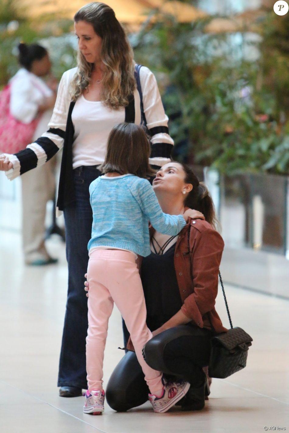 Giovanna Antonelli se diverte em passeio com as filhas, Antonia e Sofia, nesta sexta-feira, dia 18 de novembro de 2016