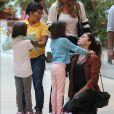 Giovanna Antonelli conversa com a filha ao deixar restaurante no Rio