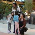 Giovanna Antonelli conversa com as filhas, Antonia e Sofia, em passeio no shopping Village Mall