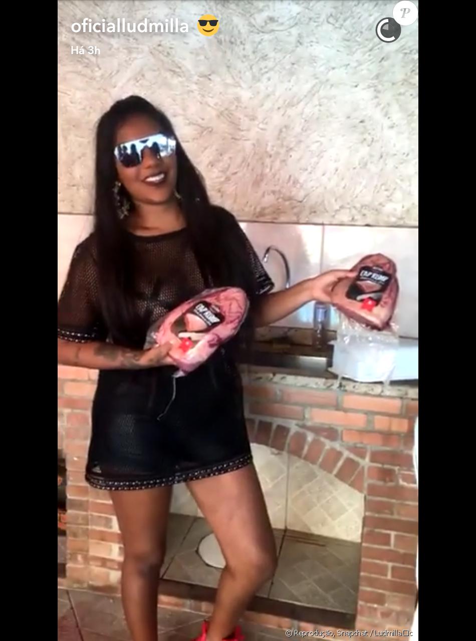 Ludmilla usa adesivo para esconder os mamilos ao usar blusa transparente sem sutiã em festa de lançamento de seu CD, em 20 de novembro de 2016