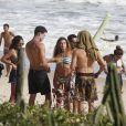 Cauã Reymond e Mariana Goldfarb curtem praia ao lado de amigos