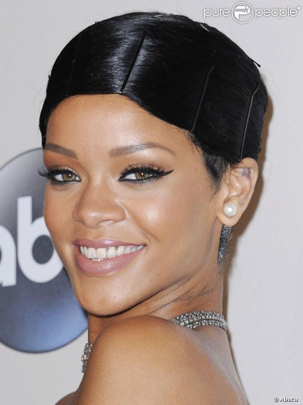 Rihanna publicou uma foto de divulgação da música 'Can't Remember to Forget You', de Shakira, na qual faz participação, em 7 de janeiro de 2013