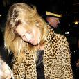 Kate Moss deixa o local com os cabelos despenteados
