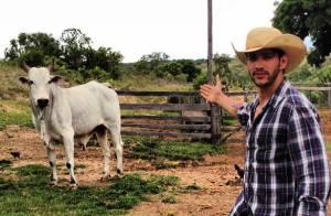 Gusttavo Lima, vestido como um caubói, apresenta o mais novo boi de sua fazenda