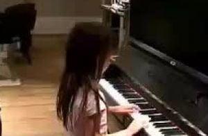 Rafaella Justus toca piano em reunião de amigos da mãe, Ticiane Pinheiro. Vídeo!