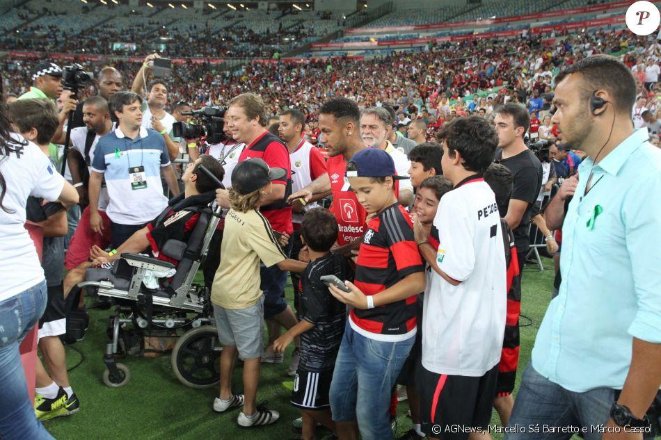 6ce617e8b942d Neymar é cercado por fãs mirins antes do amistoso Jogo das Estrelas ...