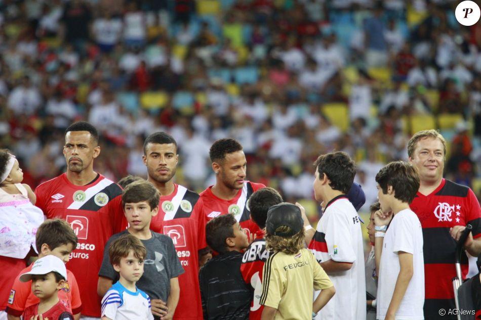 49bbd9fca8592 Neymar é tietado por fãs mirins no Jogo das Estrelas no Maracanã nesta  quarta-feira