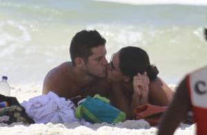 Débora Nascimento e José Loreto se beijam e tiram fotos com fã em praia do Rio
