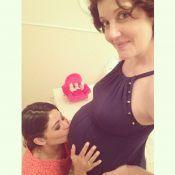 Carol Castro beija barriga de 9 meses de gestação de Larissa Maciel: 'Chegando'