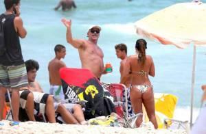 Oscar Magrini curte folga das gravações de 'Salve Jorge' em praia com amigas