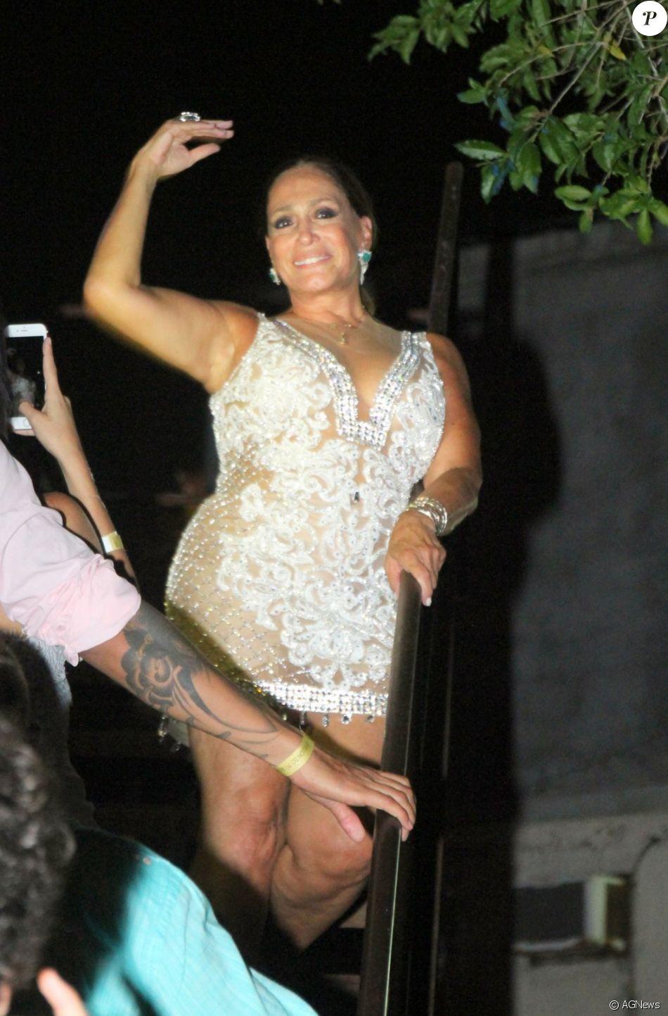 Susana Vieira ousou ao usar um vestido decotado e transparente para o Réveillon na madrugada deste domingo, 1º de janeiro de 2017
