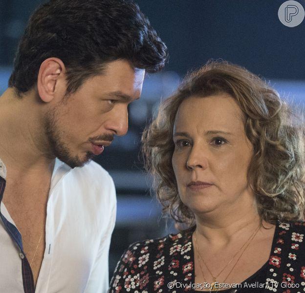 Lázaro (João Vicente de Castro) tenta convencer Néia (Ana Beatriz Nogueira) a fingir que foi sequestrada para evitar que Diana (Alinne Moraes) e Léo Régis (Rafael Vitti) se casem, na novela 'Rock Story', em janeiro de 2017