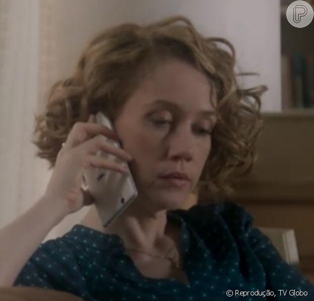 Camila Morgado usou o celular ao contrário na novela 'A Lei do Amor', nesta segunda-feira, 2 de janeiro de 2017. Na cena, Vitória ligou para Silvia (Regina Braga)