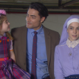 Cecília (Bia Arantes) é vista junto de Gustavo (Carlo Porto) na rua por Madre Superiora (Eliana Guttman), que fica nervosa, na novela 'Carinha de Anjo'