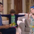 Dulce Maria (Lorena Queiroz) e Emílio ( Gabriel Miller ) fazem um sanduíche com mostarda e  ketchup para Gustavo (Carlo Porto), que come para agradar a filha , na novela 'Carinha de Anjo'
